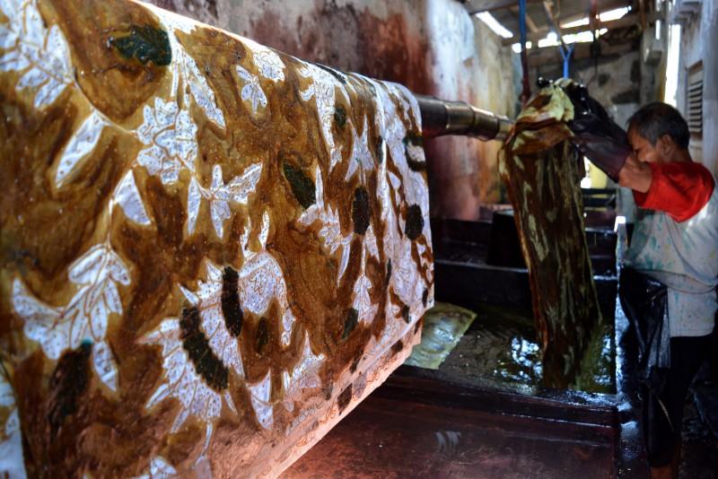 Industri Rumahan Kampoeng Batik Jetis Sidoarjo Vibizmedia Pekerja Melakukan Pewarnaan