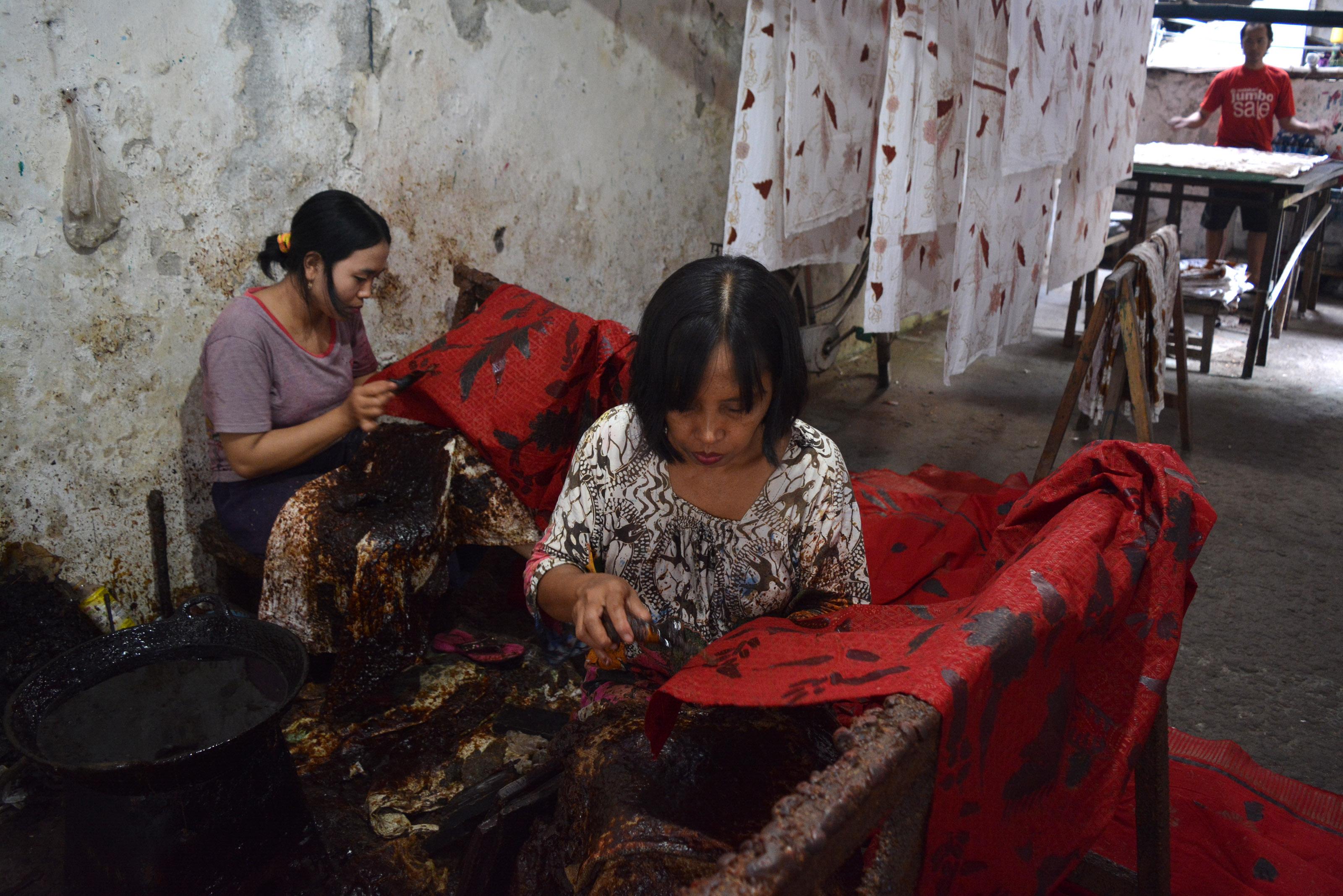 Pekerja Membatik Sebuah Kain Industri Rumahan Kampoeng Batik Jetis Sidoarjo