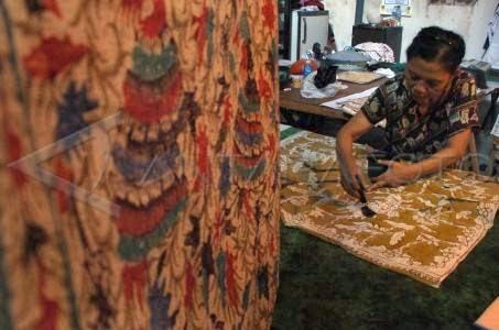 Wisata Belanja Sidoarjo Jawa Timur Perempuan Melakukan Pewarnaan Motif Batik