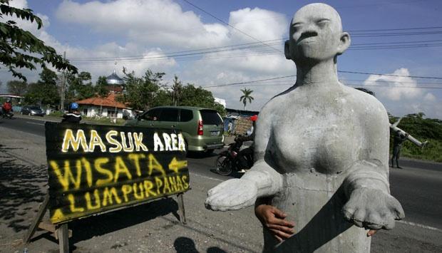 Akhir Liburan Lumpur Lapindo Dipadati Pengunjung Nasional Sebuah Patung Manusia