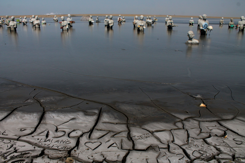 Keren Tempat Bencana Malah Jadi Wisata Lho Patung Lapindo Lumpur