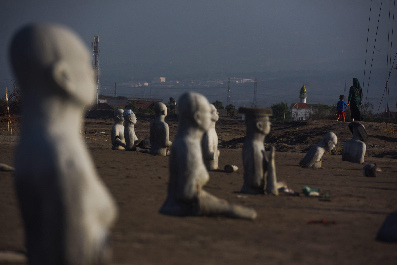 Nusantara Tourism Places Sidoarjo Pengunjung Mengamati Instalasi Patung Berjudul Survivor