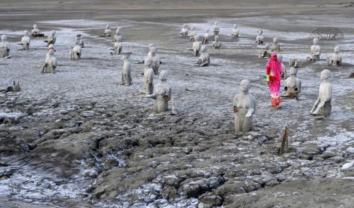 Potret Pilu Lumpur Lapindo Merahputih Wisatawan Berjalan Antara Patung Kawasan