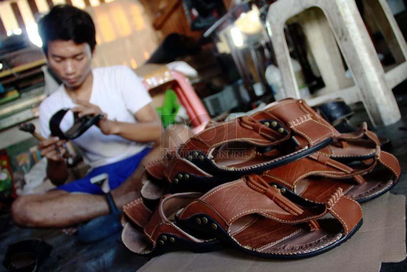 Tas Tanggulangin Tembus Pasar Ekspor Republika Online Pekerja Memproduksi Sepatu