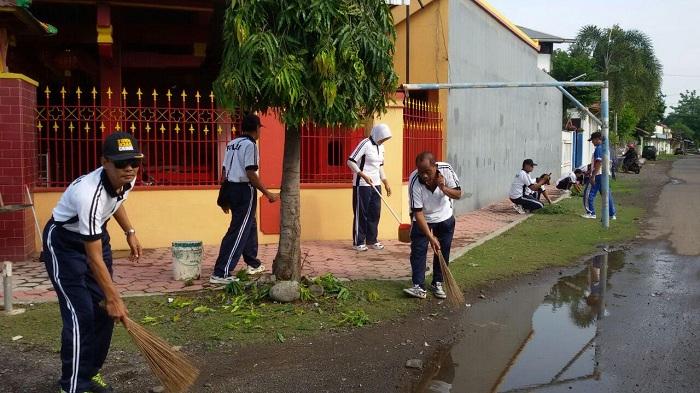 Jelang Imlek Polsek Besuki Situbondo Kerja Bakti Bersih Klenteng Poo
