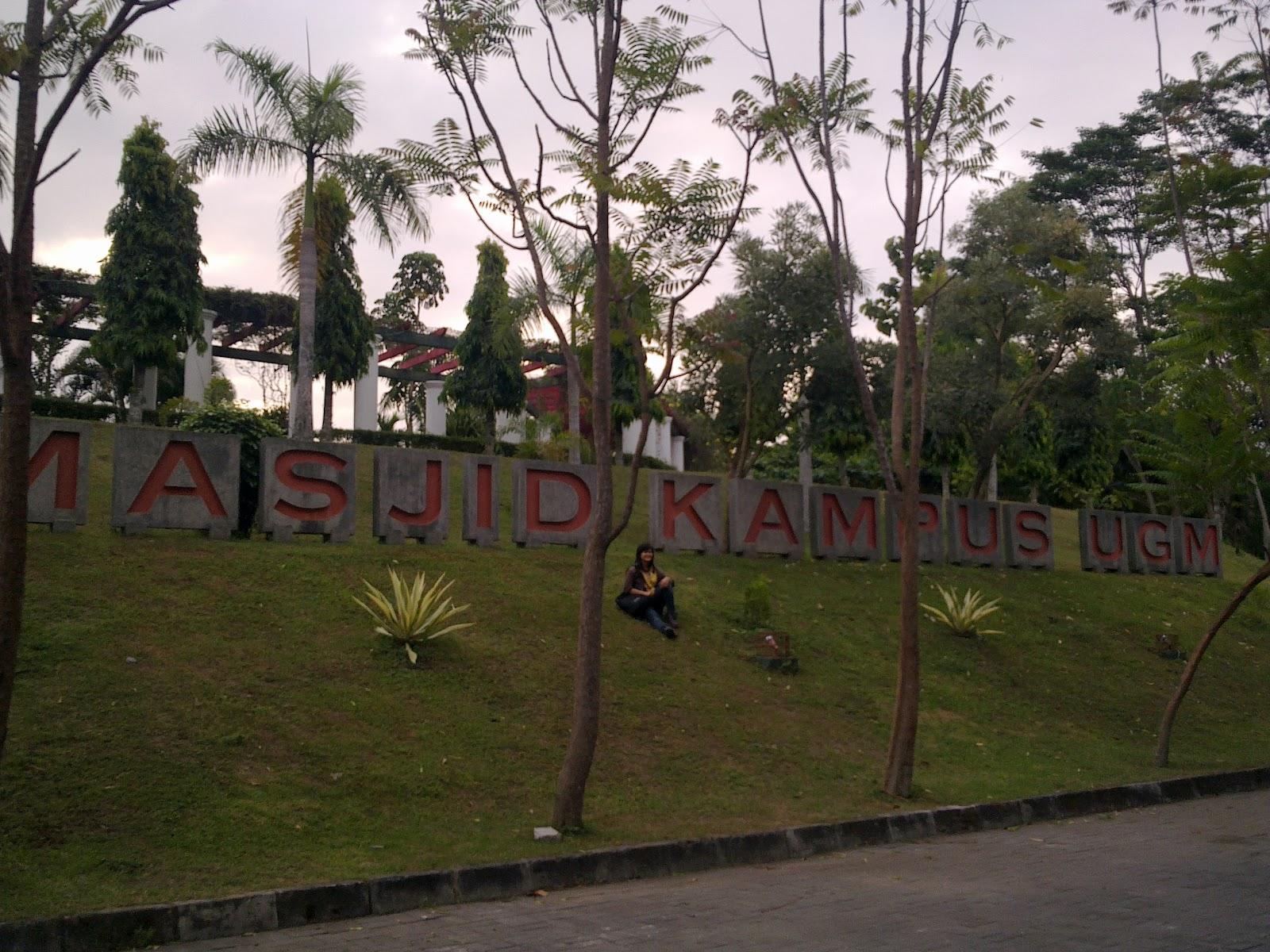 Berwisata Religi Masjid Kampus Ugm Wisata Yogyakarta Arabicmirantikejer Blogspot Maskam
