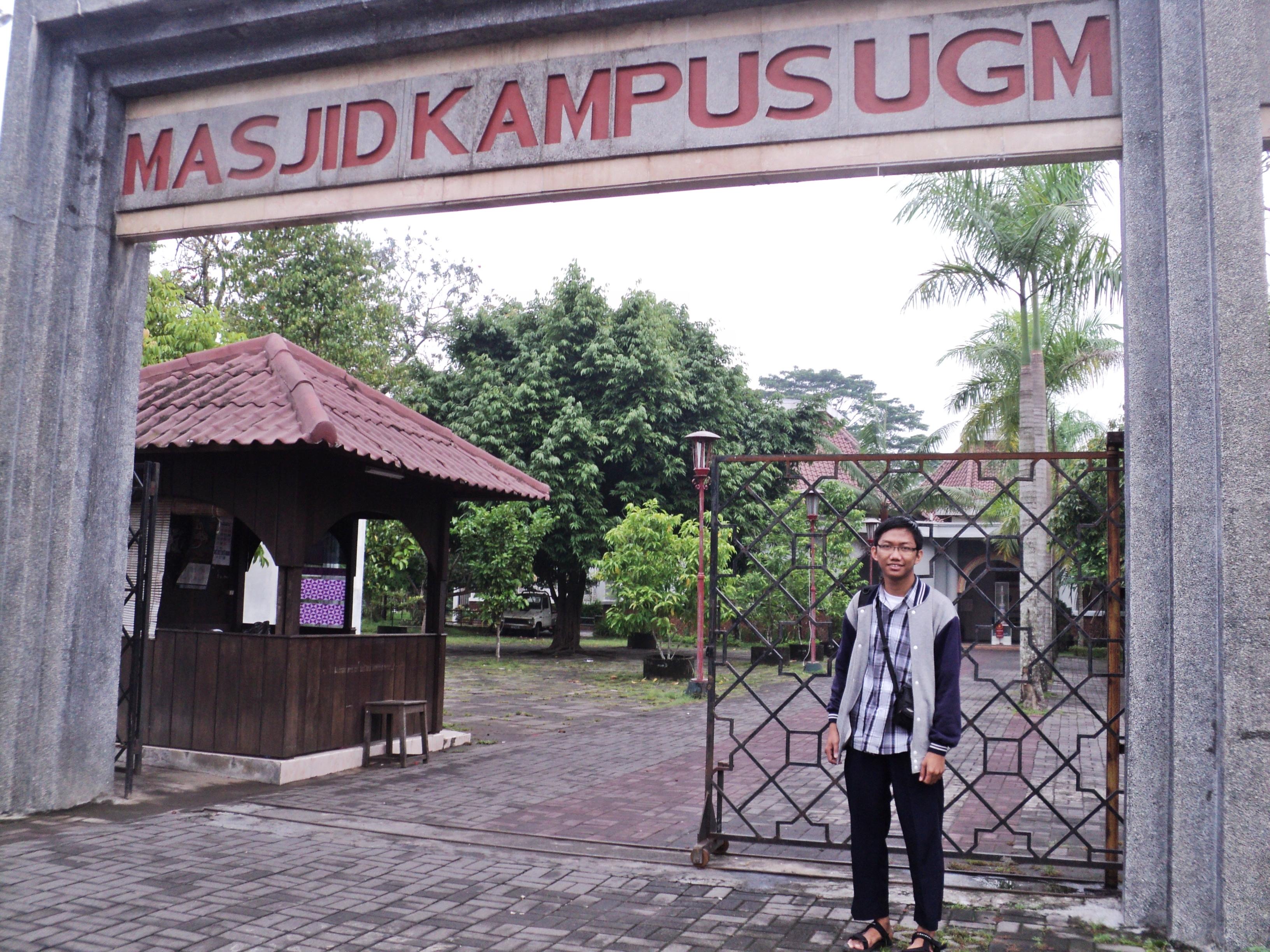 Masjid Kampus Ugm Goresan Perjalanan Hidup Gerbang Depan Terlihat Biasa