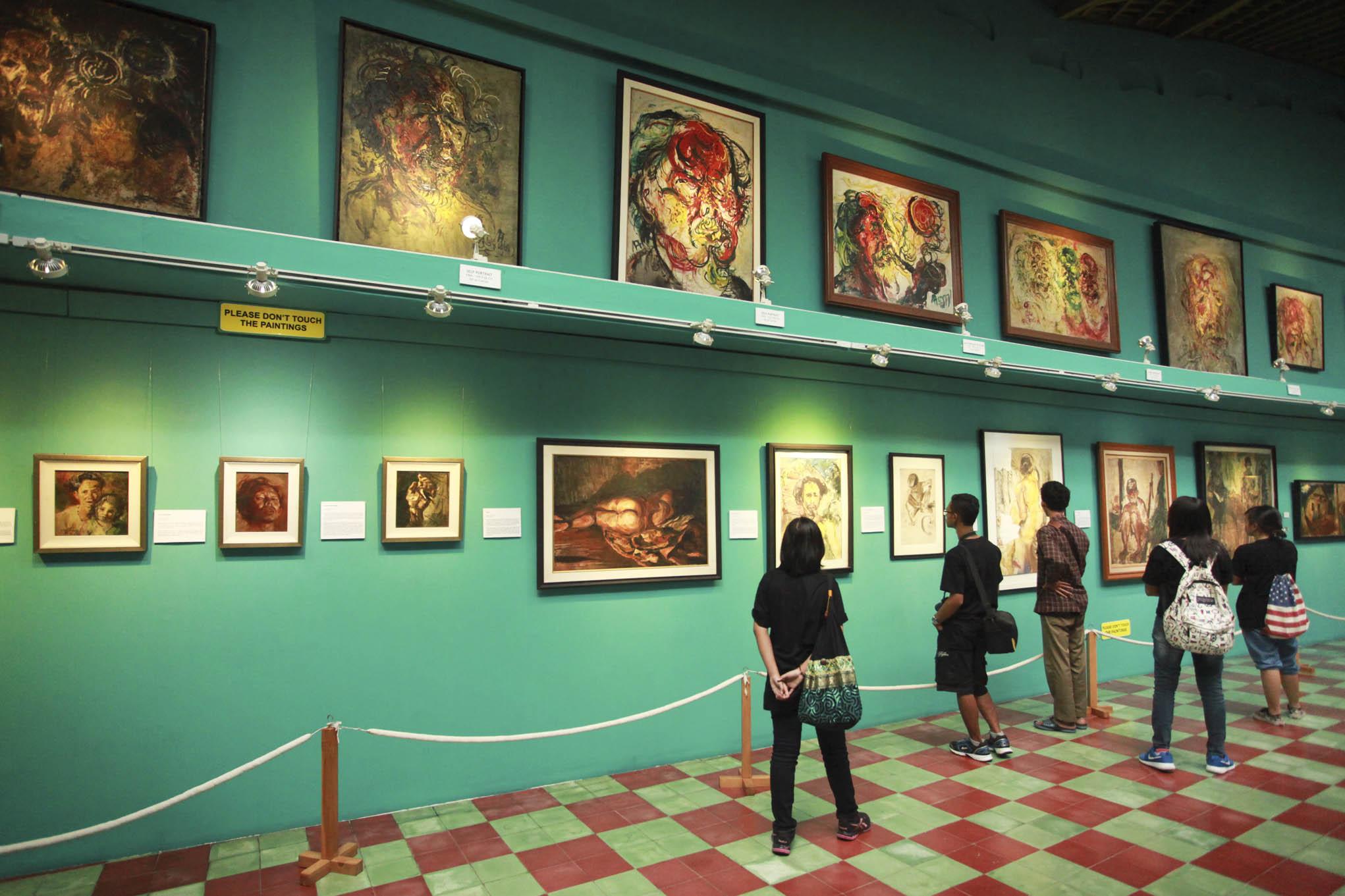 Koleksi Museum Affandi Yogyakarta Berita Daerah Pengunjung Mengamati Lukisan Dipajang