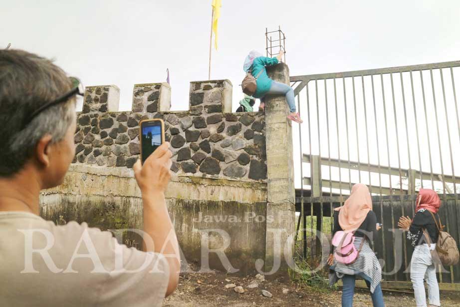 Pengunjung Nekat Panjat Benteng Lost World Castle Radar Jogja Kab