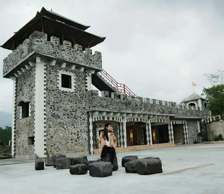 Satu Hits Jogja Lost World Castle Udah Ramai Kaya Benteng