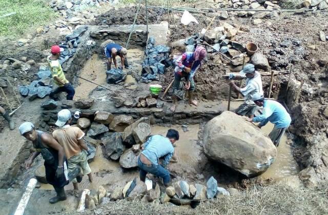 Babinsa Kramat Sukoharjo Koramil 0824 16 Tanggul Dampingi Pembangunan Bak