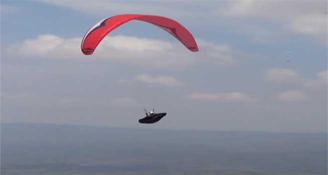 Kejurnas Paralayang Kembali Digelar Wonogiri Atlet Melakukan Latihan Puncak Joglo