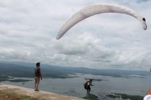 Paralayang Bumdes Sendang Wonogiri Bagi Wisatawan Merasakan Sensasi Terbang Atas