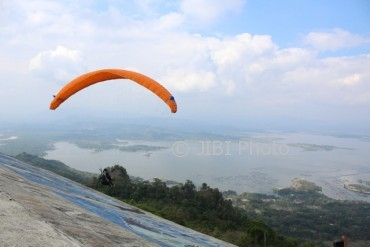 Wisata Wonogiri Atraksi Paralayang Tandem Puncak Joglo Sepi Atlet Melakukan