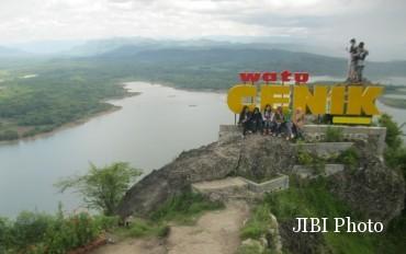 Wisata Wonogiri Rp32 Juta Bulan Watu Cenik Pengunjung Menikmati Panorama