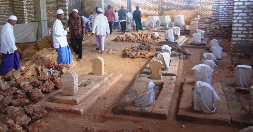 Tempat Ziarah Madura Yuficebbingmadura Sebuah Papan Putih Berbentuk Persegi Panjang