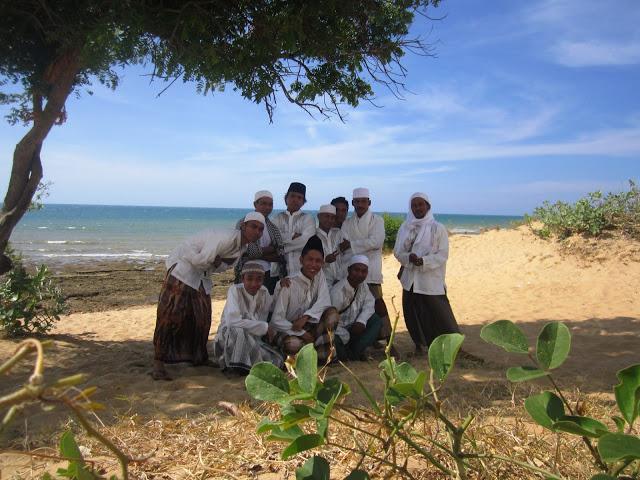 Wisatareligimadura 5 Ditemukan Gusdur Setelah Terkubur Ratusan Foto Rombongan Berada
