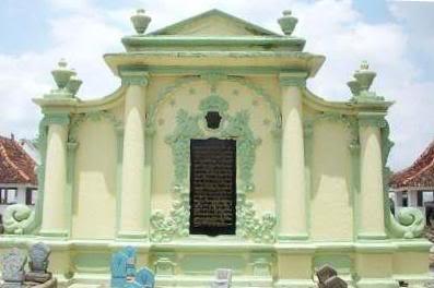 Prasasti Pintu Gerbang Asta Tinggi Sumenep Lontar Madura Kawasan Pemakaman