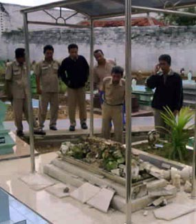 Warga Banjiri Lokasi Asta Tinggi Penasaran Makam Raja Sumenep Kab