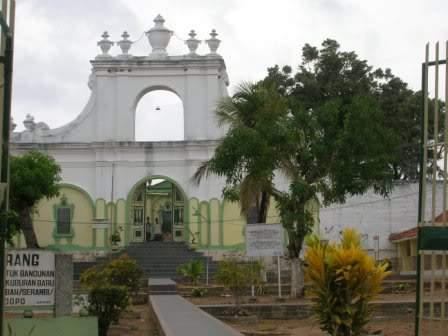 Wisata Religi Ujung Pulau Garam Amethyst Aiko Teletak Kabupaten Sumenep
