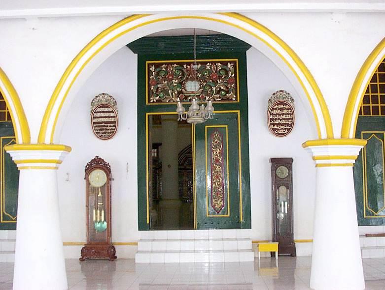 Imam Efendi Masjid Agung Sumenep Gerbang Besar Pintu Kayu Kuno