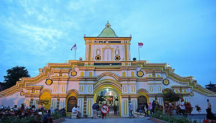 Masjid Agung Sumenep Perpaduan Eropa Cina Jawa Madura Foto Gerbang