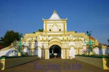 Masjid Jamik Sumenep Kunjung Jatim Wisata Agung Berada Daerah Timur