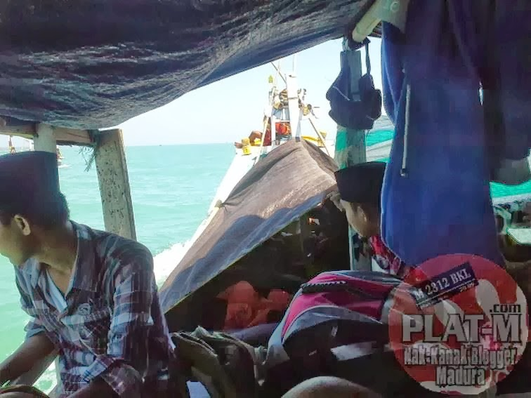 Ekspedisi Wisata Oksigen Tertinggi Dunia Pulau Gili Iyang Suasana Perahu