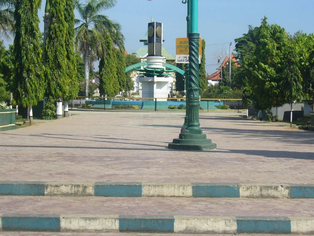 Tugu Adipura Tengah Taman Kota Sumenep Madura Mapio Net Mesjid