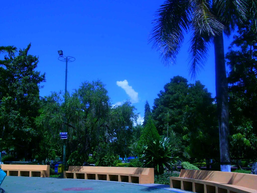 Tugu Adipura Tengah Taman Kota Sumenep Madura Mapio Net Tempat