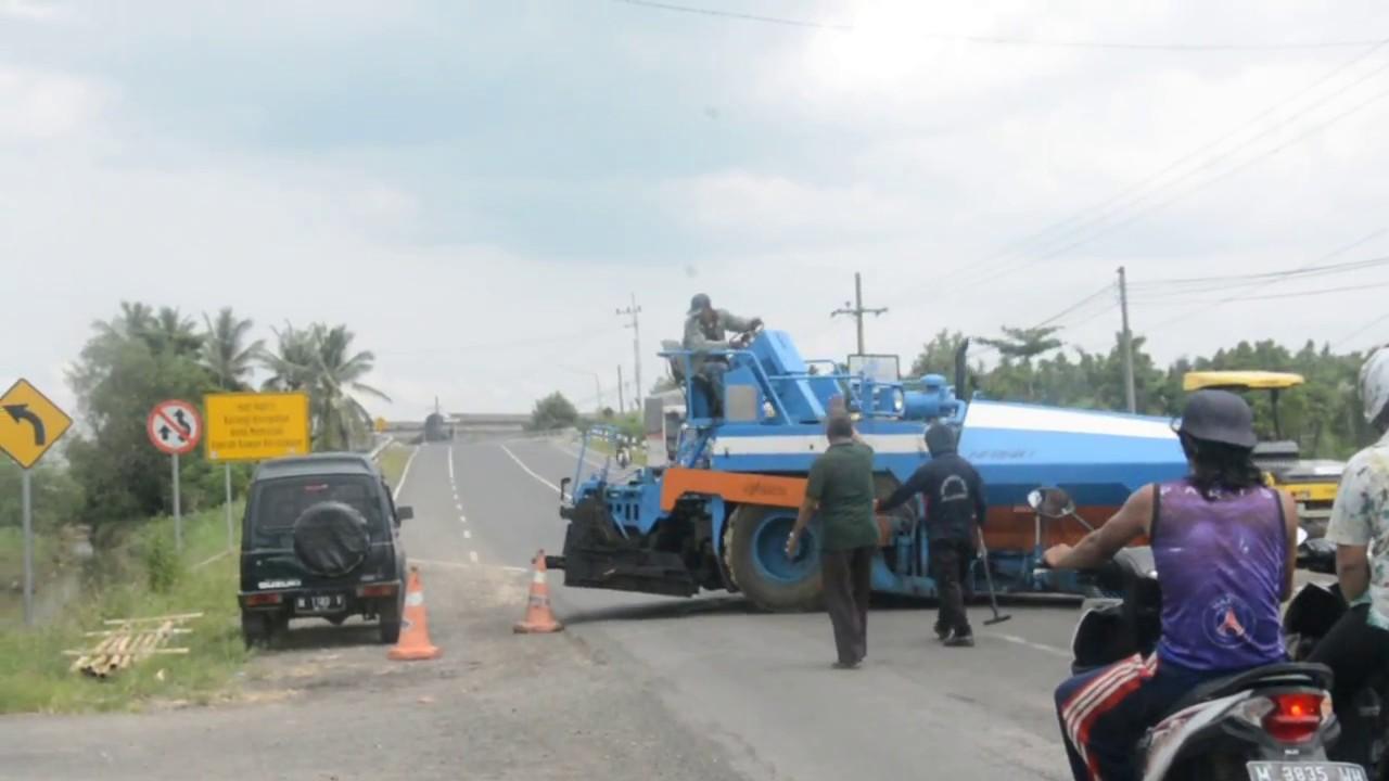 Crash Video Alat Berat Tabrak Mobil Desa Nambakor Kecamatan Saronggi