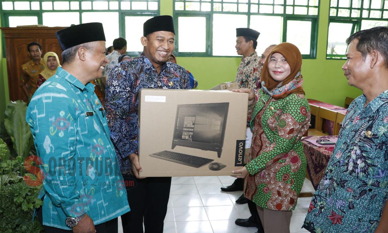 Wakil Bupati Sumenep Serahkan Bantuan Komputer Bagi Sekolah Rujukan Wps