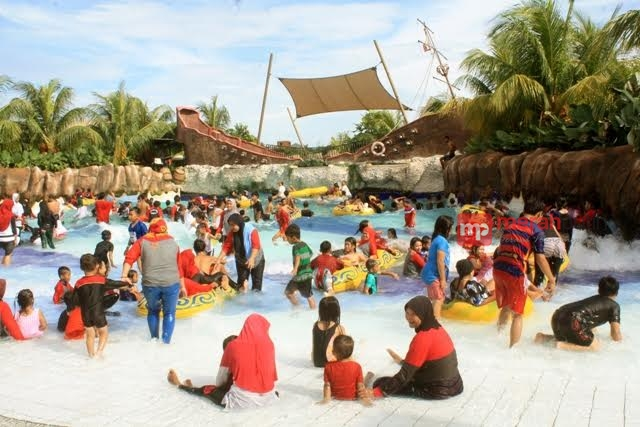 Memacu Adrenalin Water Slide Kolam Ombak World Citra Raya Dunia