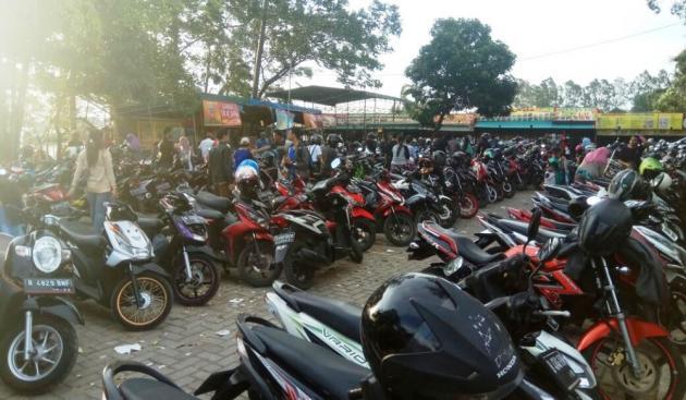 Cipondoh Membludak Pengunjung Suasana Parkiran Kota Tangerang Ramai Sepeda Motor
