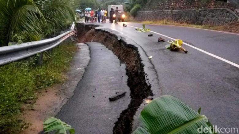 Panggul Raya Ruas Jalan Nasional Mengubungkan Kabupaten Trenggalek Pacitan Amblas