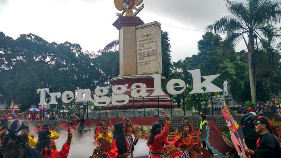 Trenggalek Ethnic Carnival 2016 Sukses Sedot Perhatian Ribuan Warga Alun