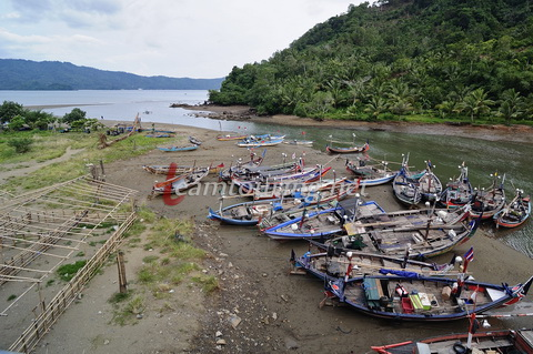 Jembatan Damas Trenggalek Antara Indahnya Arsitektur Bukan Perahu Nelayan Terparkir