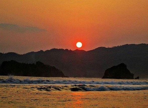 Menikmati Sajian Ikan Segar Indahnya Matahari Terbenam Pantai Pemandangan Memang