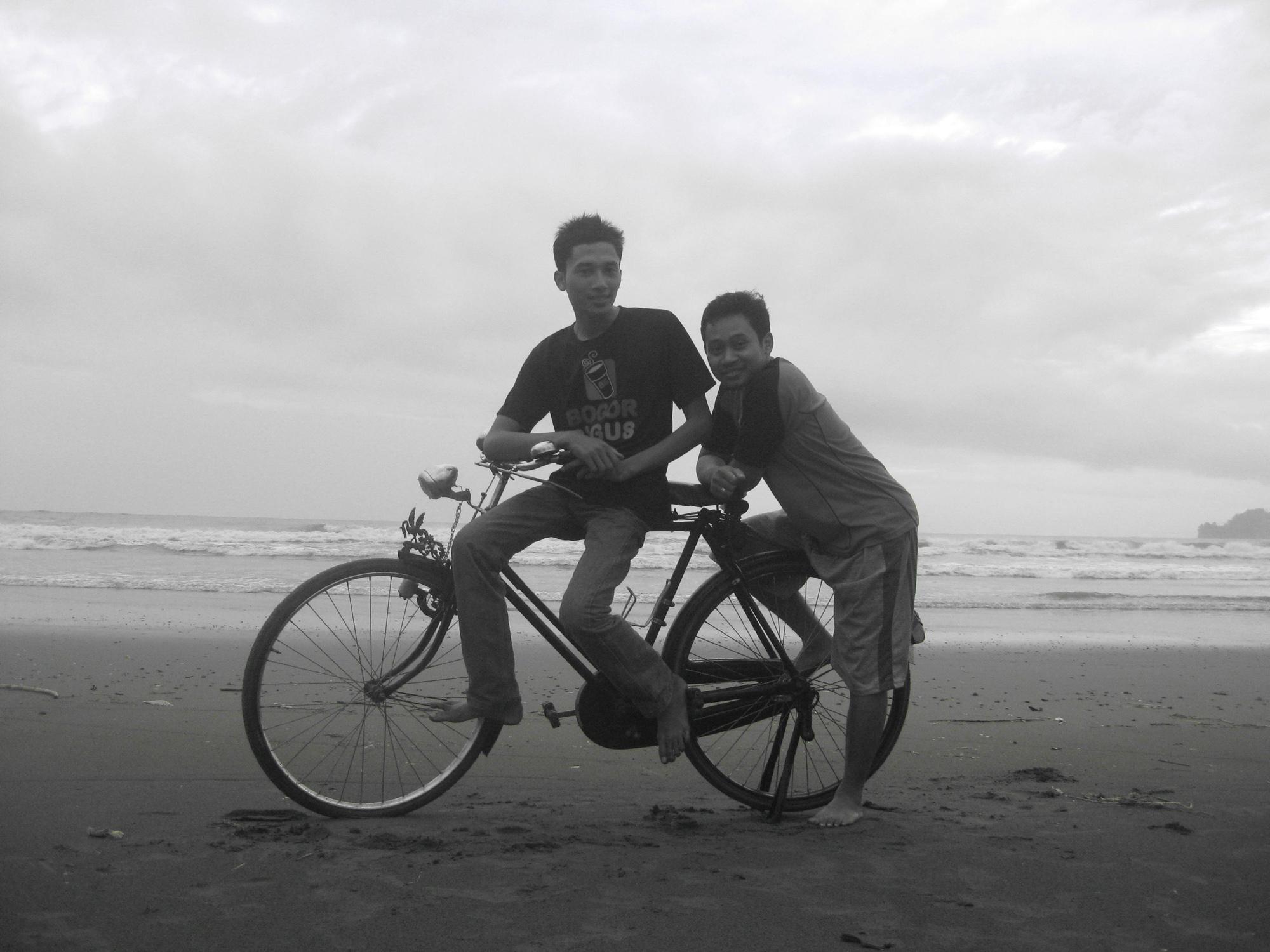 Menikmati Sunset Pantai Konang Hangudi Anggayuh Lelakuning Becik Kab Trenggalek