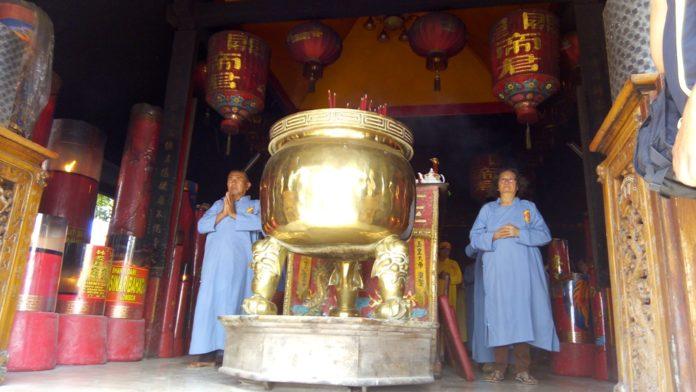Umat Buddha Peringati Waisak Sederhana Klenteng Kwan Sing Bio Perayaan
