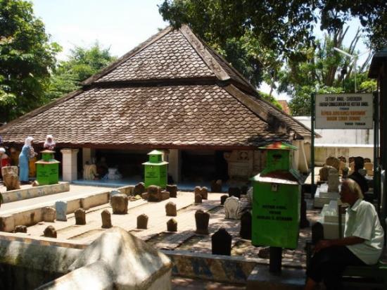 Makam Sunan Bonang Tuban Atap Rendah Menggunakan Kayu Jati Kab