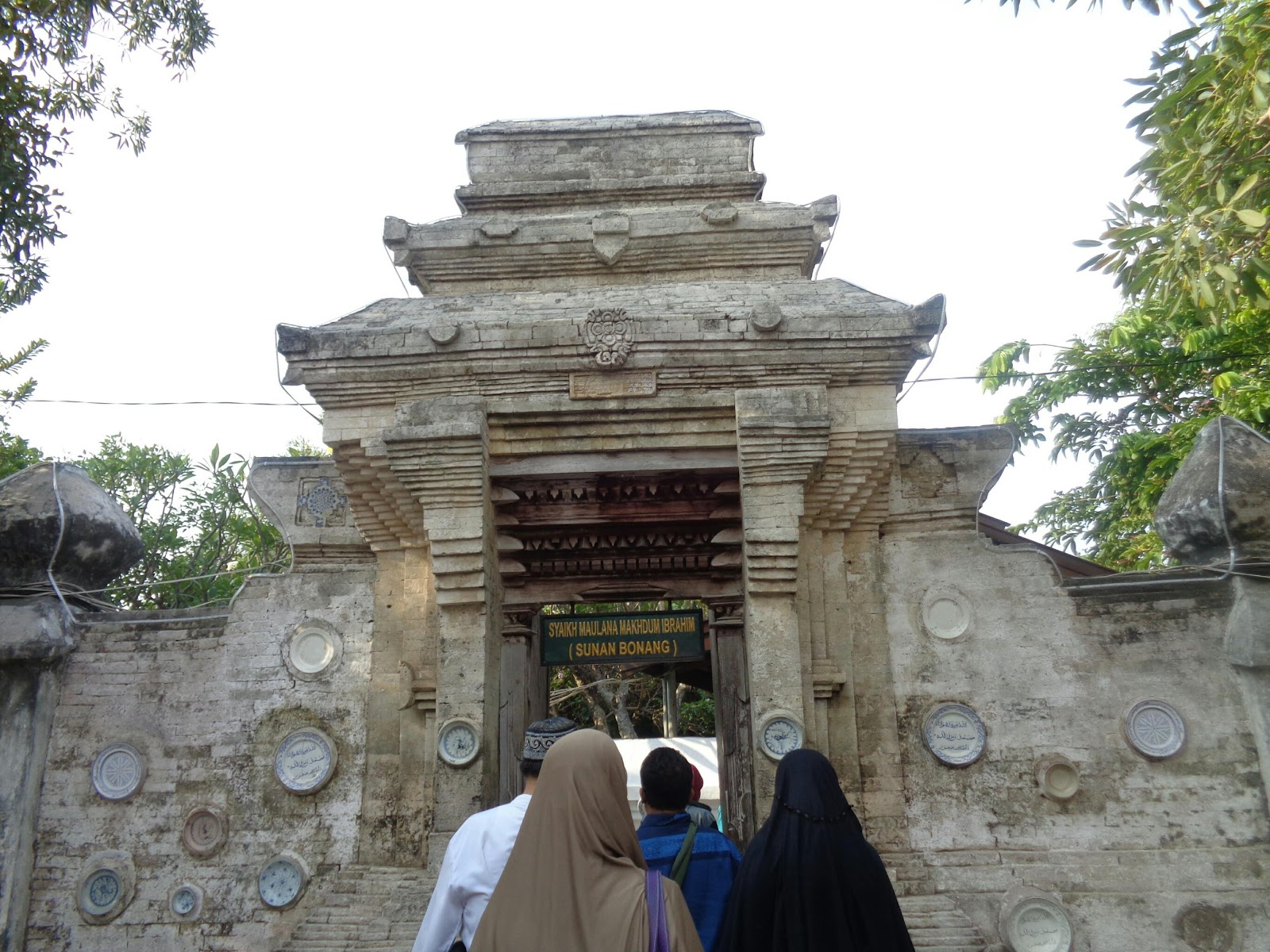 Wisata Trevelling Makam Sunan Bonang Tidak Lupa Membeli Oleh Berfoto
