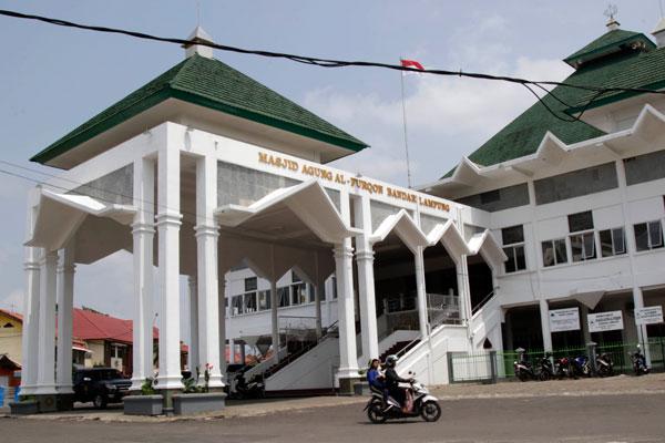 Megahnya Bangunan Al Furqon Lampost Masjid Bandar Lampung Tampak Luar