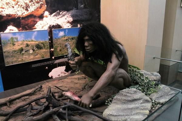 Berwisata Alam Mengenal Batuan Museum Karst Replika Manusia Purba Foto