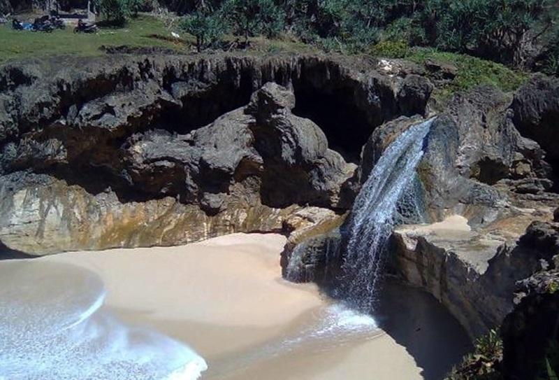 Wisata Pantai Banyutowo Kabupaten Wonogiri Jawa Tengah Indonesia Wisataarea Spiritual