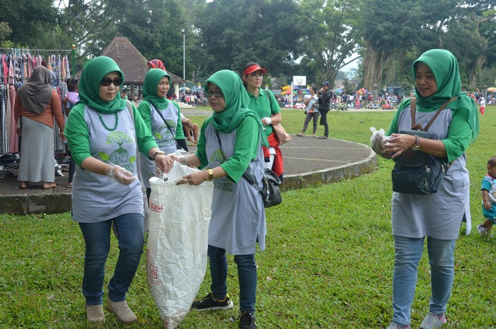 Sapu Bersih Alun Kota Kabupaten Gandeng Forum Waste Dharma Wanita