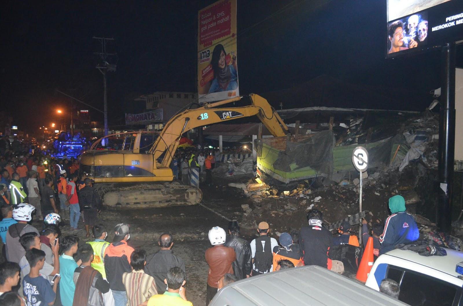 2 Alat Berat Evakuasi Truk Tabrak Pos Polisi Wonosobo Jual