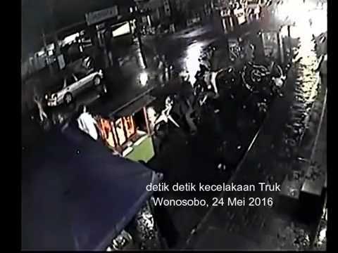 Detik Truk Menabrak Pos Polisi Kertek Wonosobo Youtube Pasar Kab