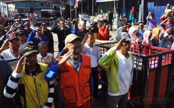 Pedagang Tukang Sapu Ikuti Upacara Bendera Hut 72 Ri Parkir