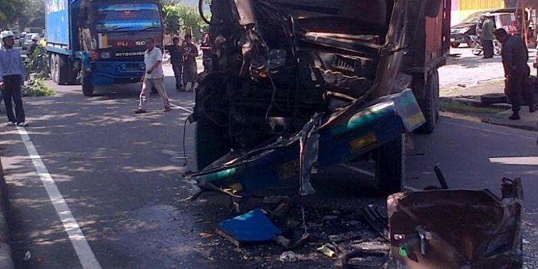 Truk Pupuk Tabrak Pos Polisi Wonosobo Sopir Kernet Tewas Pasar